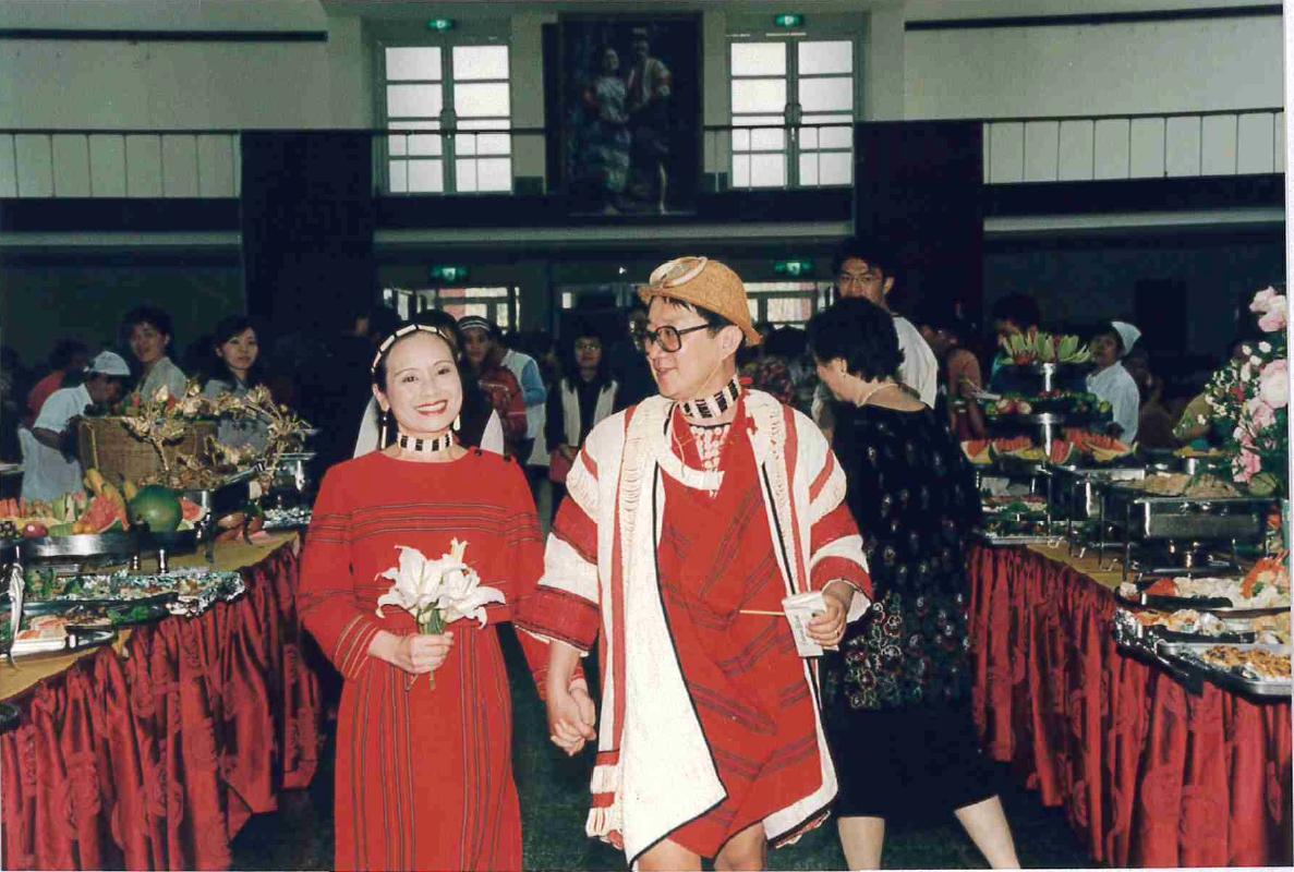 【記憶中的四維堂】考試委員伊萬.納威與著名漫畫家邱若龍的民族婚禮